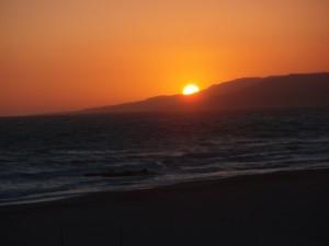 El Sol desaparece despacio tras la Sierra de San Bartolomé