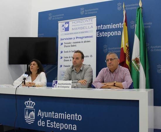 Noemí de Diego, Adrián Trujillo, concejal de Juventud y Deportes de Estepona, y Luis-Domingo López
