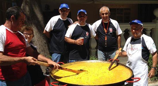 La gran paella de la Asociación Arama es uno de los atractivos de los Rastrillos de Horizonte