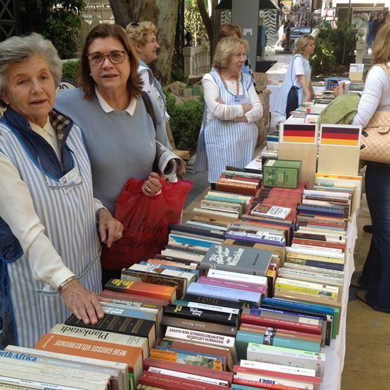 Más de 1.500 libros en seis idiomas, música en CD y vinilo, cine, cuentos infantiles...